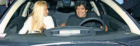 Maradona y su novia en el C4 VTS - Foto: Revista Caras