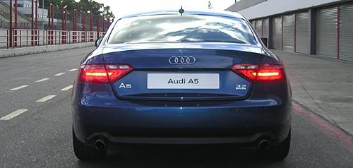 Audi A5 en la calle de boxes