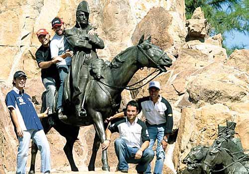Marcos Di Palma en el monumento a San Martín en Mendoza - Foto: Diario UNO.