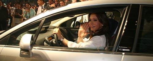 Cristina Fernández de Kirchner al volante de un Citroën C4 en El Palomar. - Foto: Prensa Citroën.