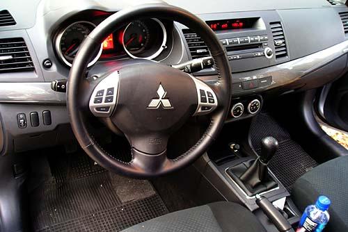 Mitsubishi Lancer 2.0 GLS Interior - Foto: Cosas de Autos Blog.