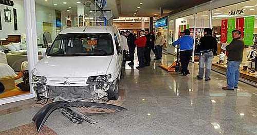 Joven de 21 años ingresó al shopping de Villa Cabrera con su auto - Foto: La Voz del Interior