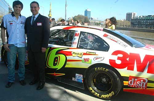 Matías Rossi, el presidente de 3M y el auto de Nascar