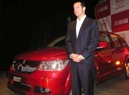 Diego Vignati, Gerente General de Chrysler Argentina, junto al Dodge Journey