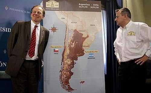 Etienne Lavigne observa el mapa del recorrido del Dakar 2009 junto a Patrice Clerc, Presidente de Amaury Sport Organisation (ASO)