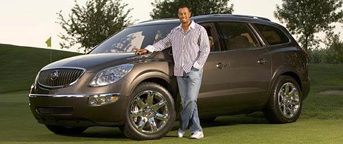 Tiger Woods posa junto a una Buick Enclave
