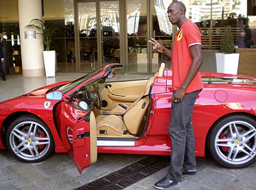 Usain Bolt posa junto a una Ferrari en Mónaco
