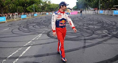 Loeb y las marcas que dejó en el asfalto.