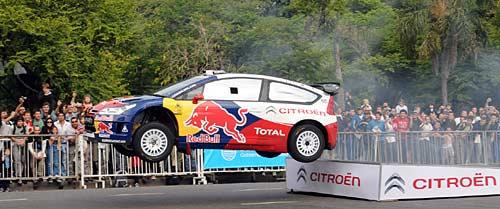 Sébastien Loeb salta con su C4 en Palermo.