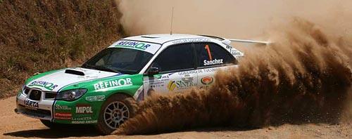 Roberto Sánchez al mando de un Subaru, como siempre.