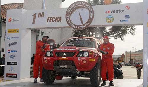 La dupla Andrés Memi-Daniel Trippar celebra en el podio de La Cumbre.