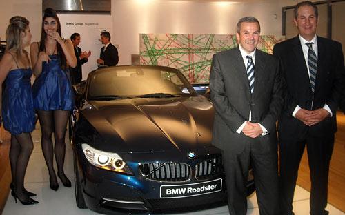 Gernot Volkmer y Alejandro Echeagaray posan junto al BMW Z4.