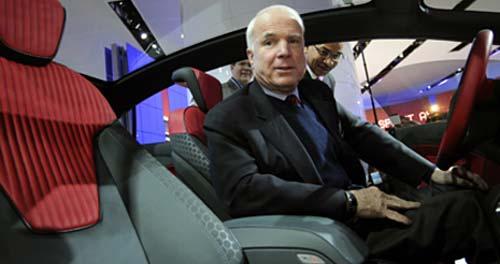 El senador John McCain en un Ford en el Salón de Detroit.