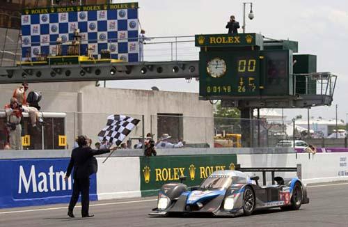 El Peugeot de Marc Gené cruza la meta en Le Mans.