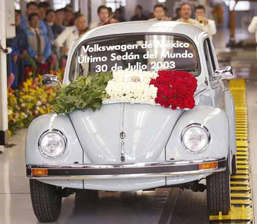 El último Volkswagen Beetle sale de fábrica (2003).