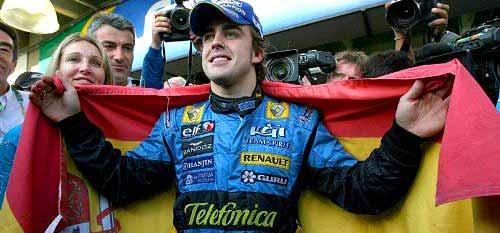 Fernando Alonso y la bandera de España.