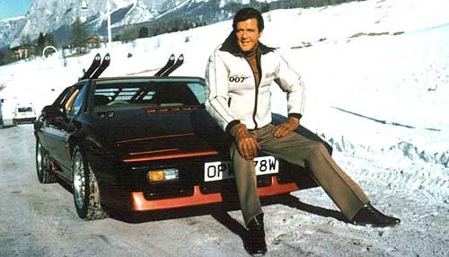 Roger Moore y su auto de película, el Lotus Turbo Esprit.