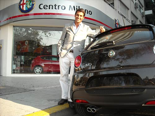 Juan Manuel Díaz junto a la MiTo en Buenos Aires.