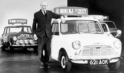 El primer Mini junto a su Creador, Sir Alec Issigonis