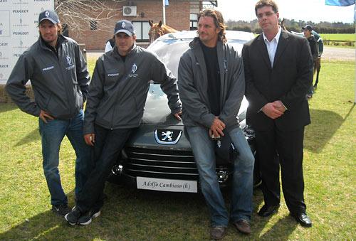 Pablo Averame junto al equipo de La Dolfina y el 307.