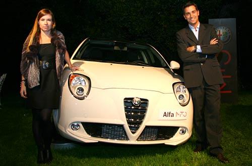 Carolina Belcastro y Manu Díaz junto al Alfa Romeo MiTo. Foto: Cosas de Autos.