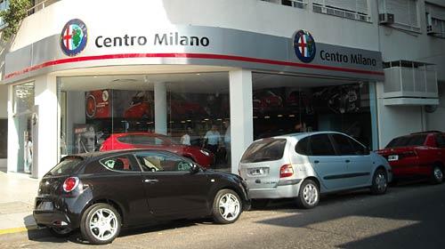El Alfa Romeo MiTo en la puerta de Centro Milano. Foto: Cosas de Autos.