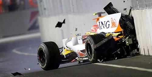 El choque de Nelsinho Piquet en Singapur 2008. - Foto: Sutton.