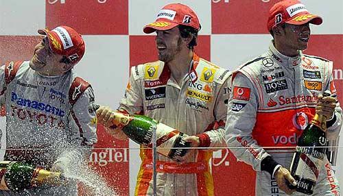 Alonso celebra su tercer puesto en el podio de Singapur, donde ganó Hamilton y fue segundo Glock.