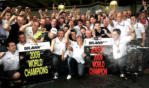 Button y Brawn celebran los campeonatos obtenidos.
