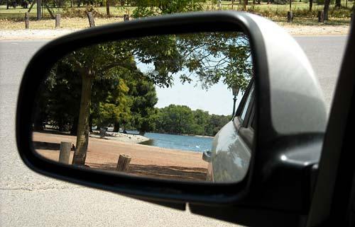 El espejo retrovisor del Chevrolet Aveo.