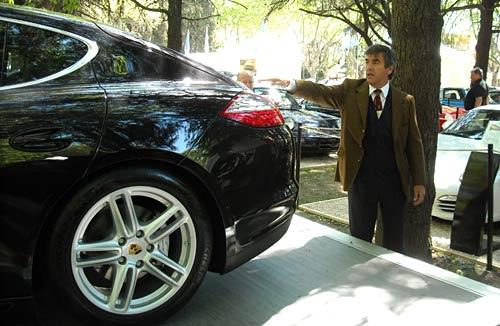 Hugo Pulenta explica las virtudes del Porsche Panamera.