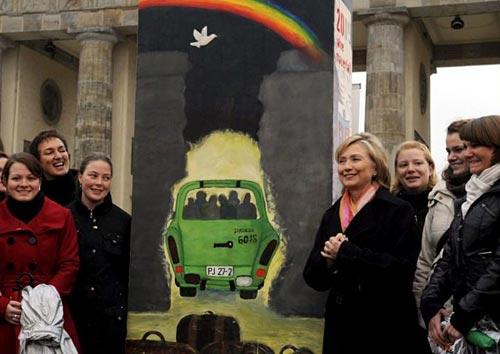 Hillary Clinton en el 20 aniversario de la caída del muro de Berlín.