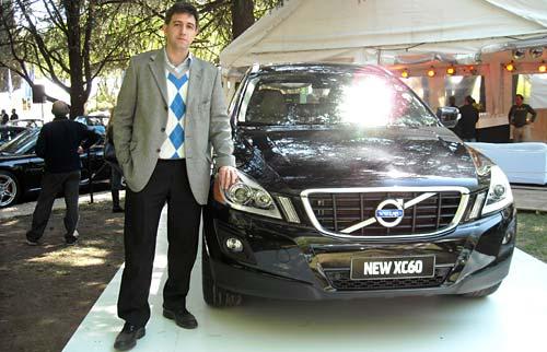 Esteban Vessuri junto a la Volvo XC60