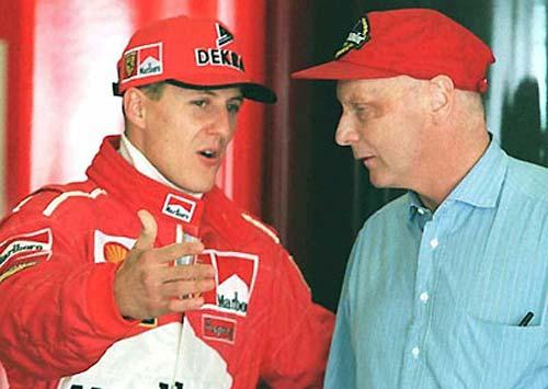 Schumacher charla con Lauda cuando el alemán aún era piloto de Ferrari.