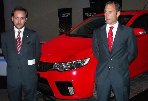 Tomás Galbis y Julio Trenas junto al Kia Cerato Koup.