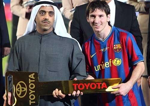 Messi recibe las llaves de su nueva Toyota Land Cruiser