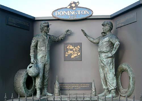 La estatua de Ayrton Senna junto a la de Juan Manuel Fangio en Donington, Inglaterra.