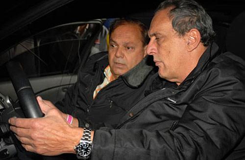Juan María Traverso y Oscar Aventín miran los comandos del BMW M5 - Foto: ACTC