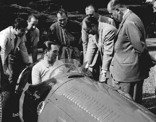 Perón sobre el monoposto de Fangio.