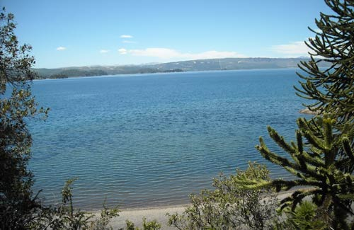 Una imponente vista del Lago Aluminé desde Angostura.