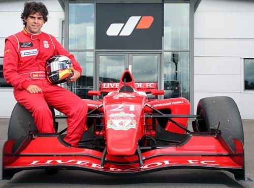 Adrián Valles y el auto con el se consagró campeón en la Superleague Fórmula 2009.