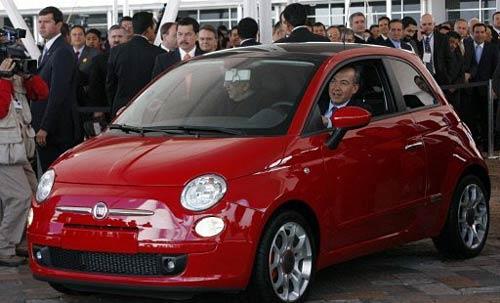 El presidente Calderón maneja un Fiat 500 en Toluca acompañado de Marchionne.