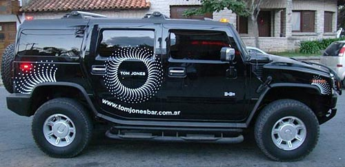 La Hummer luce ploteos para promocionar una disco de la zona - Foto: El periodista de Tres Arroyos