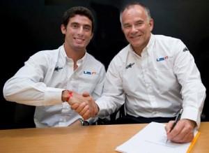 Pechito López y Peter Windsor firman el contrato que los une.