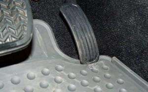 Una imagen de la alfombra de un Toyota haciendo tope con el acelerador.