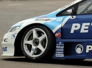 La trompa del auto de Pechito con el logo de Area75