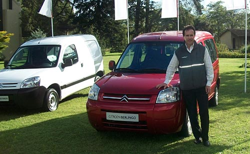 Diego Pizzichini, responsable de marketing, junto a la Berlingo 2010.