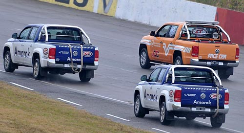Las pick-ups Volkswagen Amarok girando en Rafaela. Foto: Jorge Marchesin para Cosas de Autos.