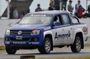 Las pick-ups Volkswagen Amarok girando en Rafaela. Foto: Jorge Marchesin.