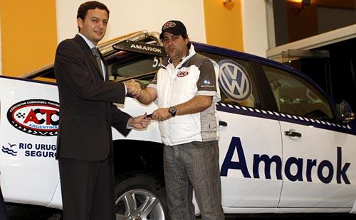 El gerente Comercial de la ACTC, Eduardo Tesoriere, recibió las unidades en el concesionario Escobar de Rafaela. Foto: ACTC.